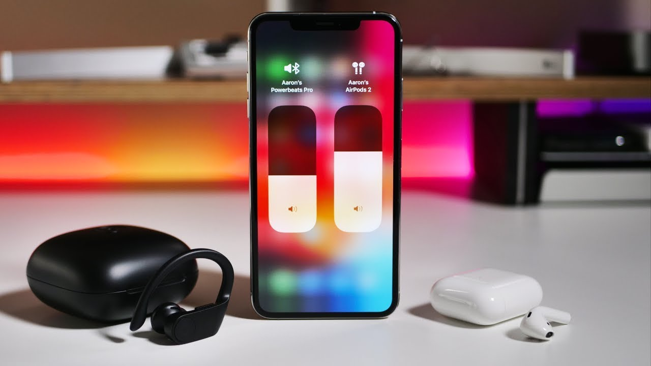 2 пары наушников и iphone